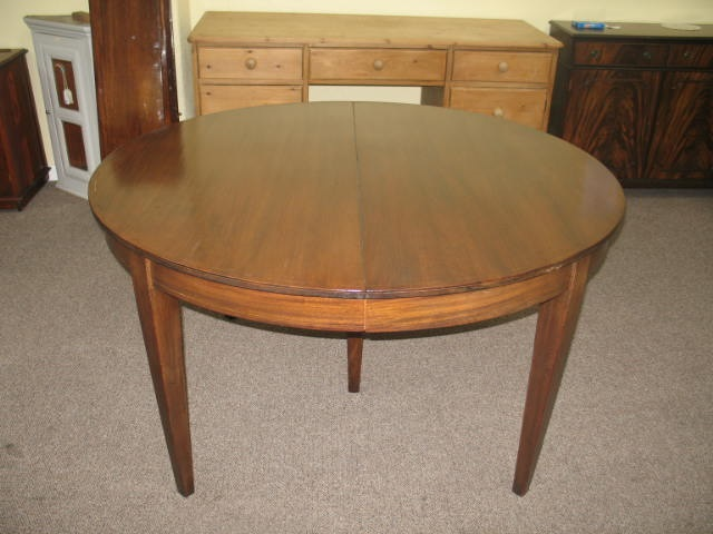 GM1 Mahogany Round Dining Table with 4 leaves!